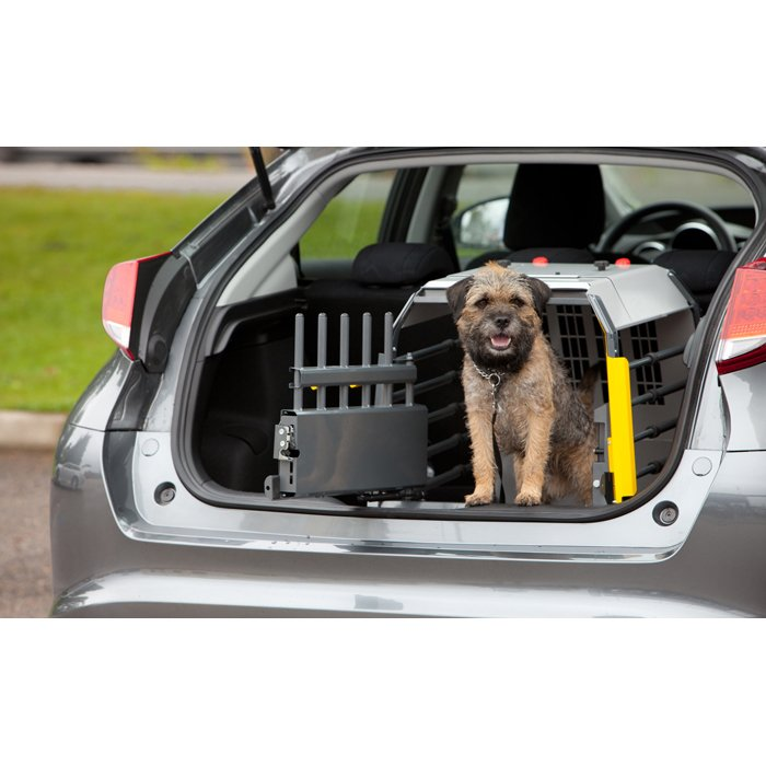 Brochure_00367_Compact_L_dog_in_car_web